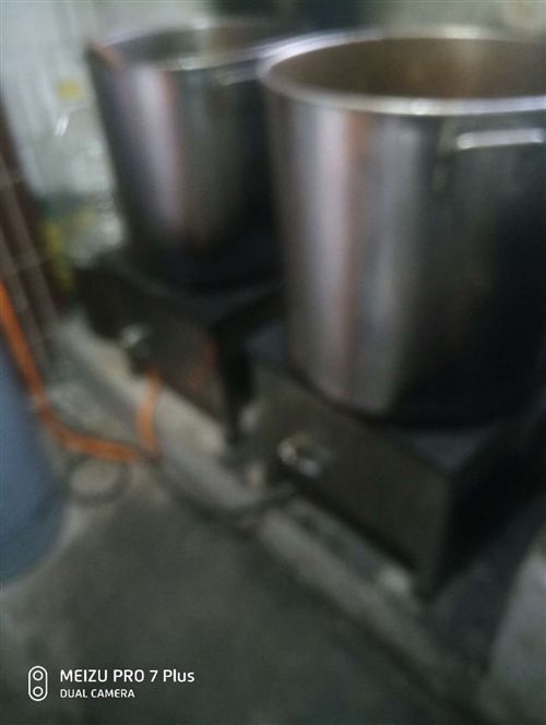 鹵肉節能灶,煤氣瓶,灶頭,鹵湯桶,鍋碗瓢盆等。
