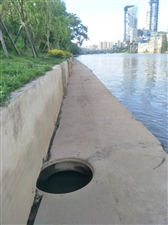 河堤人行道没有井盖请行人注意