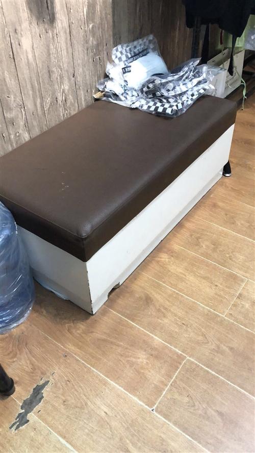 沙發轉賣50一個、一組服裝架子轉賣