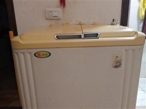 老式雙缸洗衣機一臺,正在使用中的,因家中買了一臺滾筒洗衣機,這臺100元,低價轉讓!