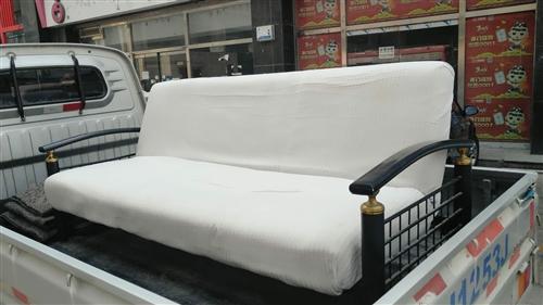 沙发床一个,铁架的,可以放平当床