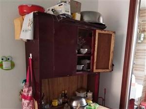 櫥柜,實木,就是刷的漆皮掉了,很結實。看上的200帶走。很便宜
