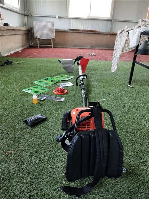 全新割草机,四冲程背负式多功能,含4套刀具,打草器,打草绳,扶禾器(割小麦用)买来一次没有用过。现低...