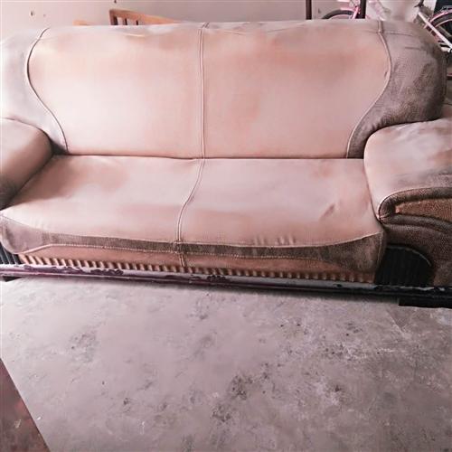 本人有装修房子下来的三人和两人沙发,便宜处理,有需要的来电??