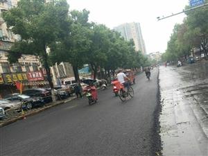 不是下雨,这个路段己经完工了,修好的沥青路面,高大上,比水泥路面舒服多,也提高了大潢川,的市容市面市