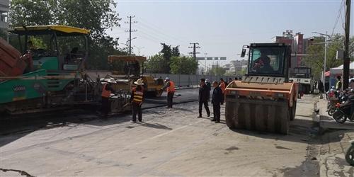 迎宾路南段路面已经开始铺设沥青