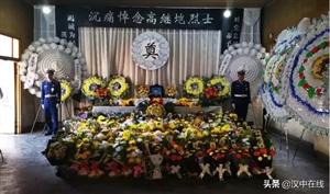 社会各界人士自发前往略阳殡仪馆祭奠高继垲烈士
