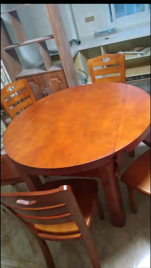 新买的餐桌,2000元,今天刚装好的,橡胶木的,纯实木。感觉颜色有点深,想换个颜色,长度1.2米,两...