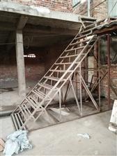 厂房里的铁架楼梯,之前用作上货,现厂房出租掉了,用不上,便宜转给需要的老板。