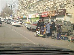 商贩摆摊占用停车位