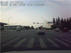 鲁GKH609闯红灯,变道加塞