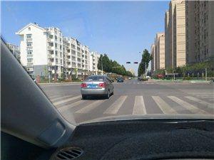 连闯三个红灯,差点造成一起事故。